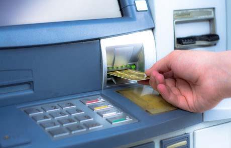 Insertion d'une carte bancaire dans un DAB